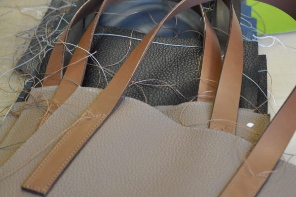 Each handles is sewing on the bodies bags. French know-how in luxury leather goods by LE NOËN.