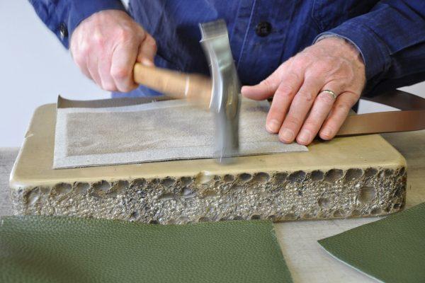 Le montage nécessite d'être tapé avant d'effectuer la couture à la machine. Atelier français.