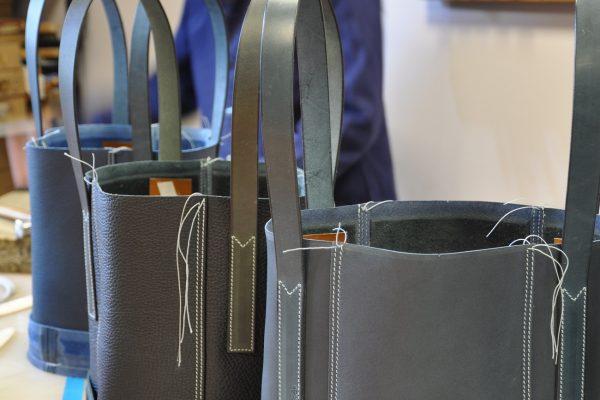 Montage du sac Valentine par un artisan expérimenté et ancien des ateliers Hermès, Louis Vuitton, Heller. Paris France