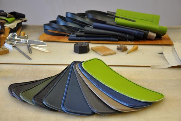 Le fond des sacs est en cuir et est souligné d'un passepoil en cuir. Design et fabrication LE NOËN FRANCE.