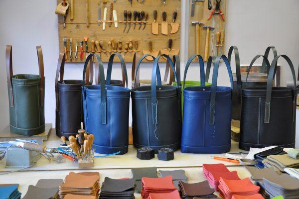 Les sacs se montent petit à petit par des mains expérimentées. Toute création demande du temps, beaucoup de temps. Fait en France