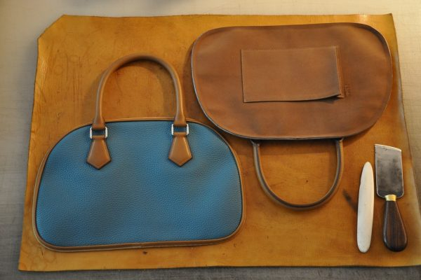 Assembly of the brown velvet goat skin with the pockets and the leather piping. French luxury hand made bag by LE NOËN.