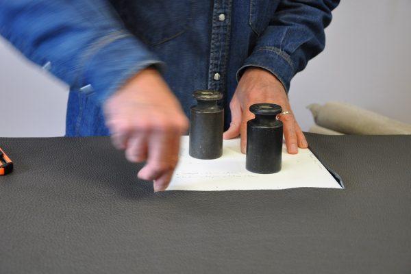 Le pointage du cuir est essentiel pour faciliter le montage du sac. Savoir-faire français. Atelier en France
