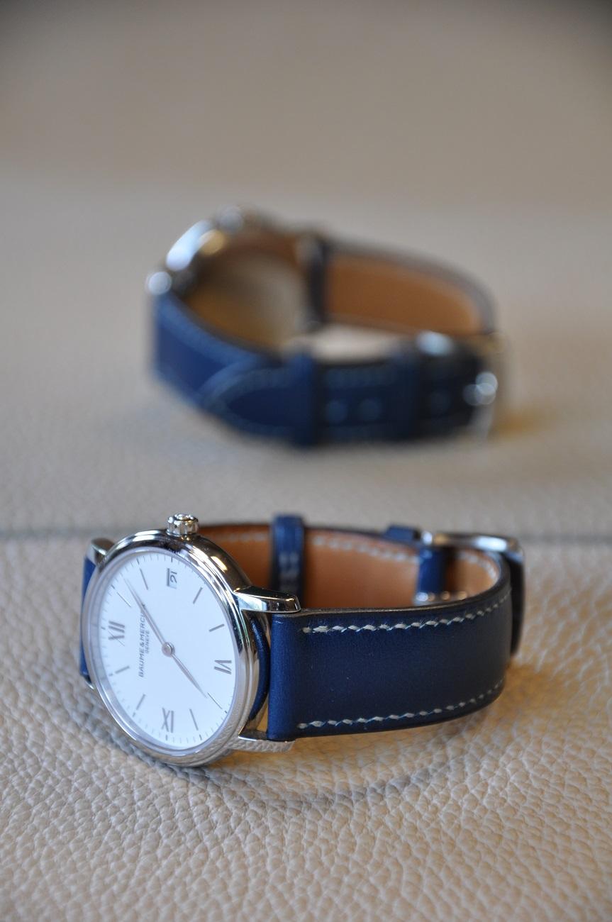 Maroquinerie sur-mesure. Bracelet sur-mesure pour une montre Baume & Mercier en veau bleu, entièrement cousu à la main. Fabrication française.