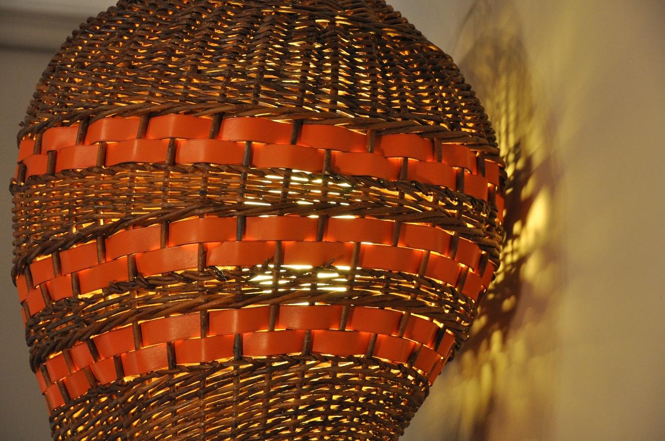 Luminaire en osier avec bandes en cuir orange finition sellier. Pièce unique grand format. Création Nancy LE NOËN sellier maroquinier France