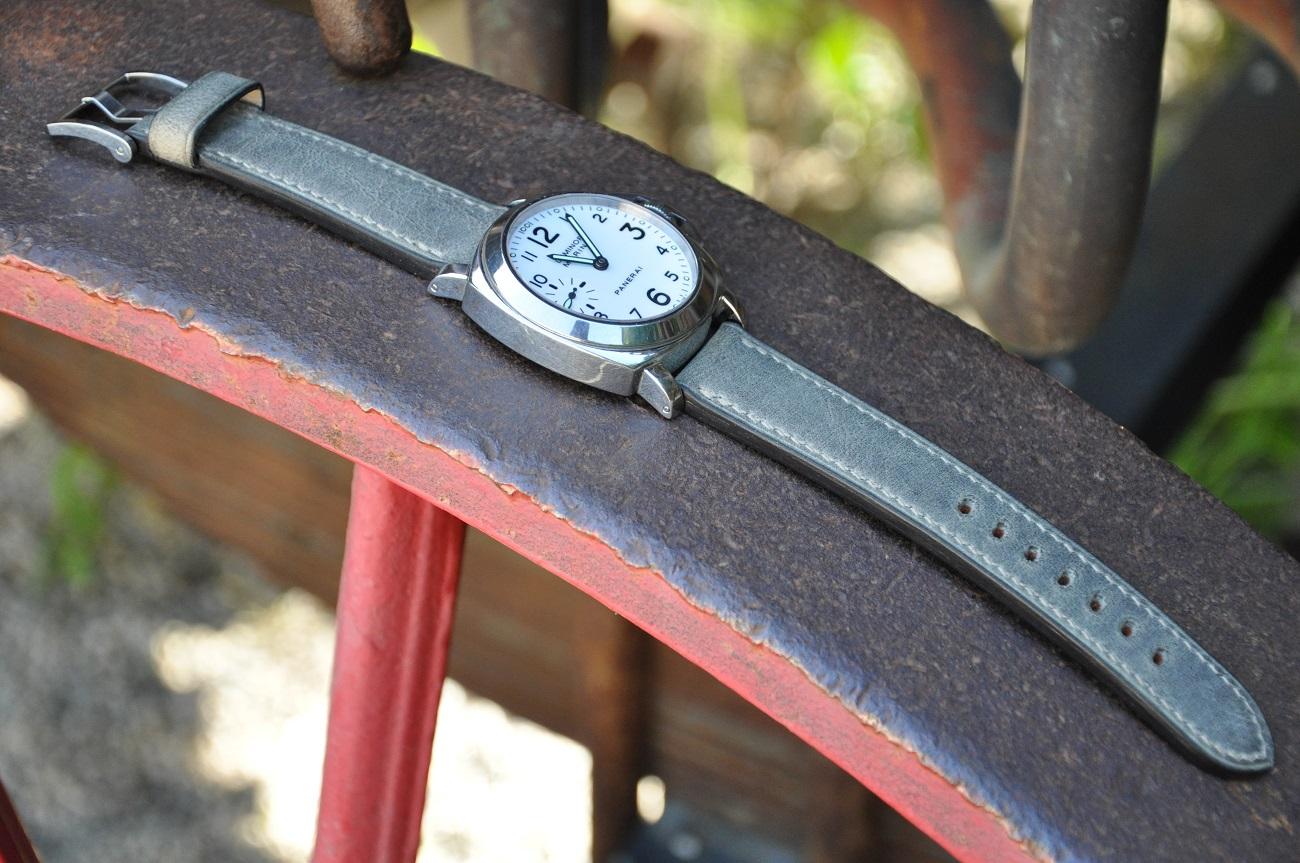 Bracelet sur-mesure pour une montre Panerai en vachette couleur bronze, doublé en veau. Entièrement cousu à la main. LE NOËN fabrique des bracelets sur-mesure pour tous types de montres de luxe.