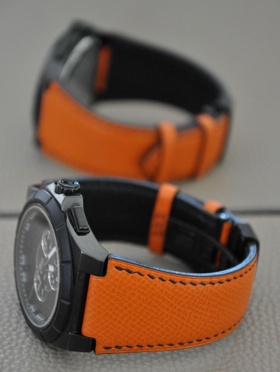 Bracelet-montre sur-mesure en veau grainé orange, doublé en veau noir, couture entièrement faite à la main fil noir. Création et fabrication LE NOËN