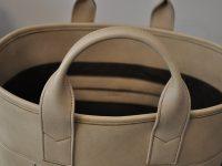 Le cabas Augustine est en vachette lisse couleur crème. Création LE NOËN Sellier Maroquinier du luxe Français.