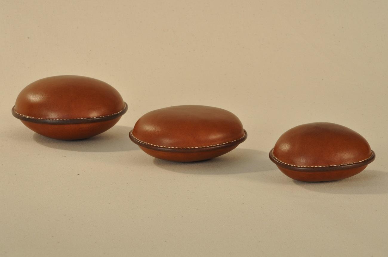 Galets du Verdon gainés en vachette, cousus à la main. Pièces sur-mesure fabriquées par LE NOËN sellier maroquinier Provence. France