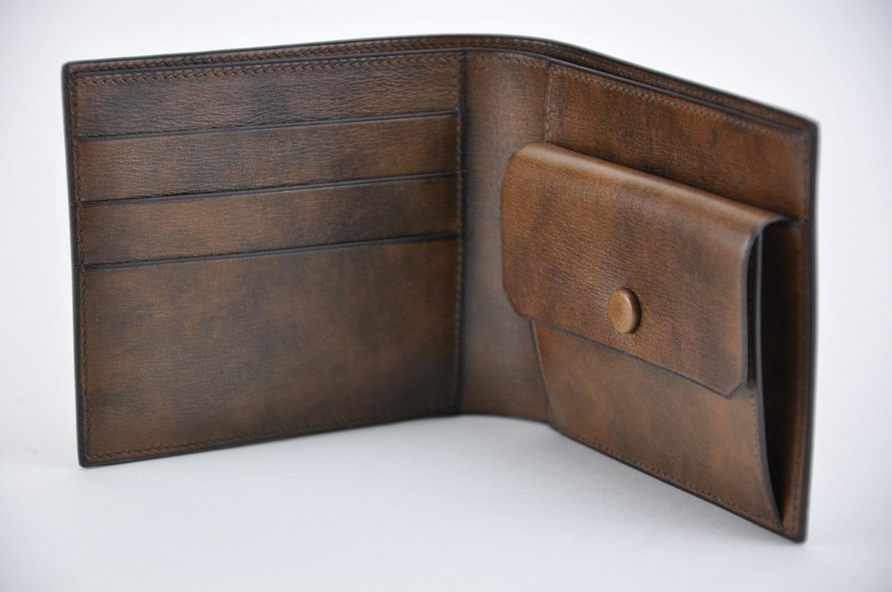 Portefeuille en veau pour homme, fabrication sur-mesure avec porte-monnaie, portes-cartes, poche financière. Fabrication française par maroquiniers de luxe LE NOËN