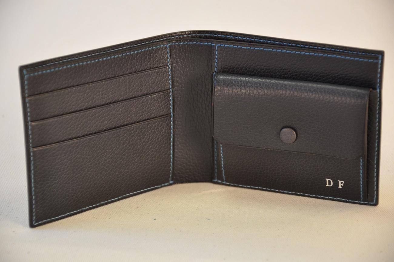 Portefeuille sur-mesure en buffle marron foncé, cousu bleu. Création et fabrication LE NOËN Sellier Maroquinier Provence.