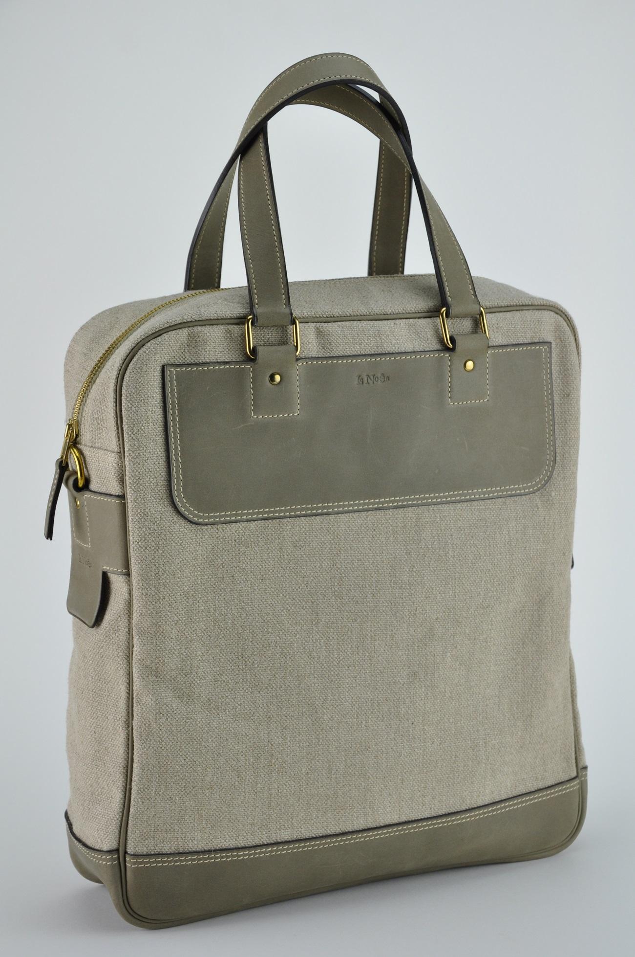 Sac Melbourne pour homme est fabriqué en vachette couleur bronze et en lin. Très léger pour tous les jours. Style vintage contemporain. Le luxe imaginé par LE NOËN créateur de maroquinerie 100% fabrication française.