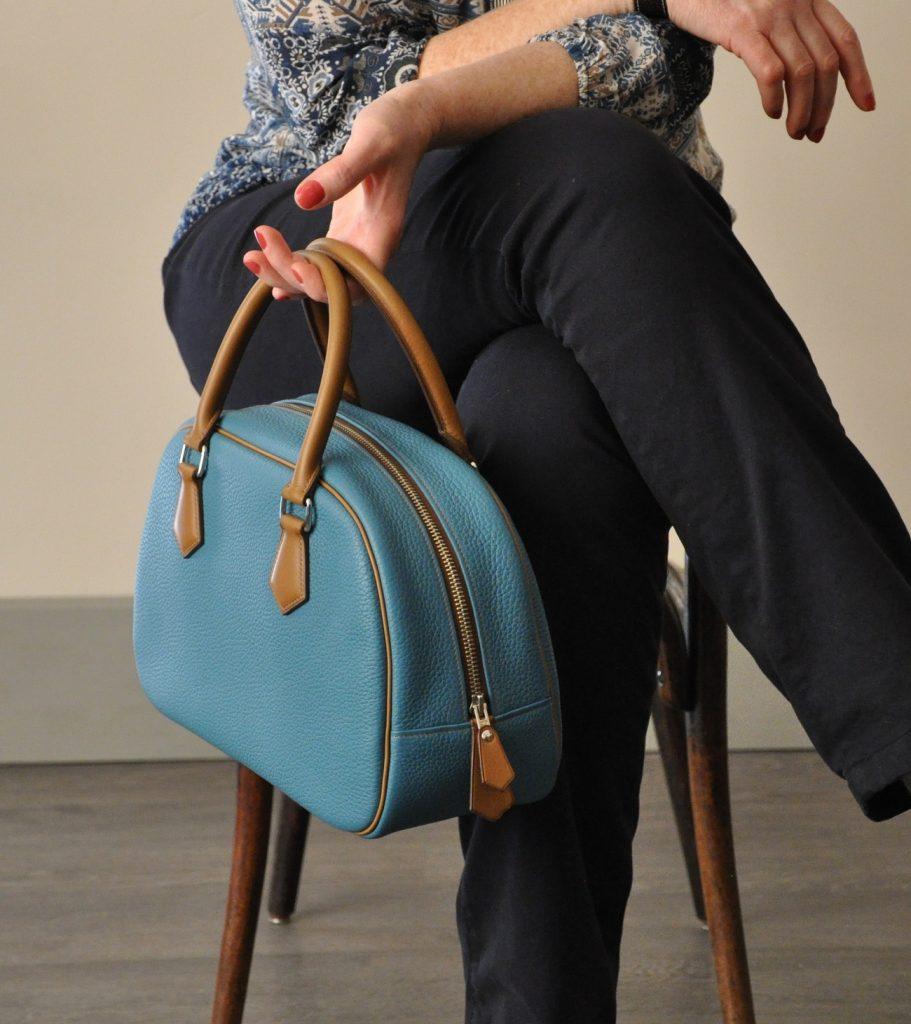 Le sac Betty est en taurillon, doublé en chevreau marron. Création et fabrication LE NOËN sellier maroquinier provence. France