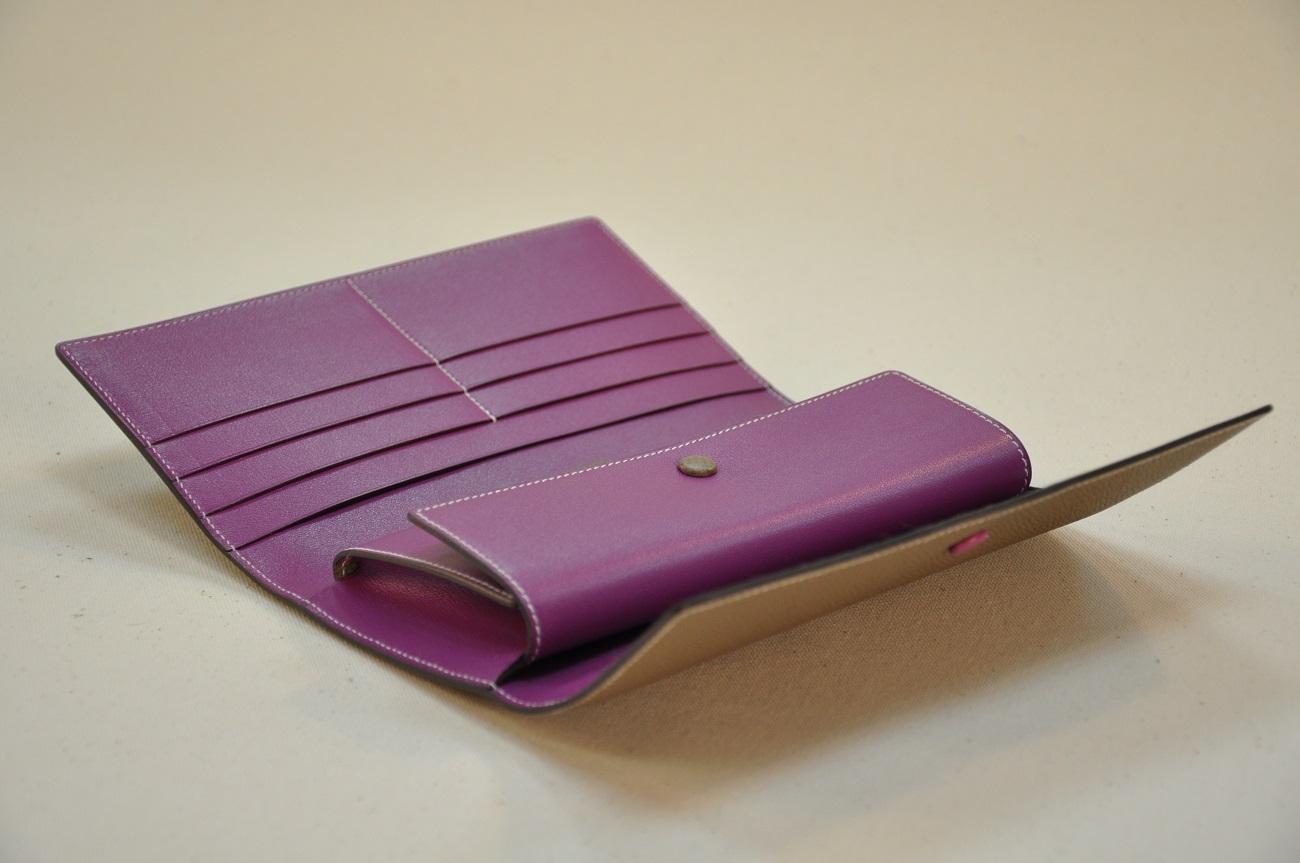 Portefeuille l'Indispensable possède 3 fois 3 poches cartes de crédit et 2 poches pour des papiers. Création LE NOËN Sellier Maroquinier du luxe Provence France.
