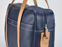 Sac bagage en cuir intérieur doublé en tissu avec poches. Poignées, sangle en vachette. Fabrication française