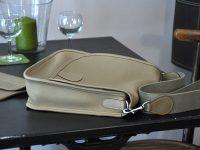 La besace Martha est fabriquée en taurillon, se ferme avec un top magnétique. Création et fabrication LE NOËN.