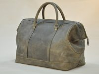 Le bagage Cupertino est idéal pour les collectionneurs d'autos anciennes. Il est fabriqué en vachette couleur bronze vieilli, doublé en lin. LE NOËN créateur de maroquinerie de Luxe.