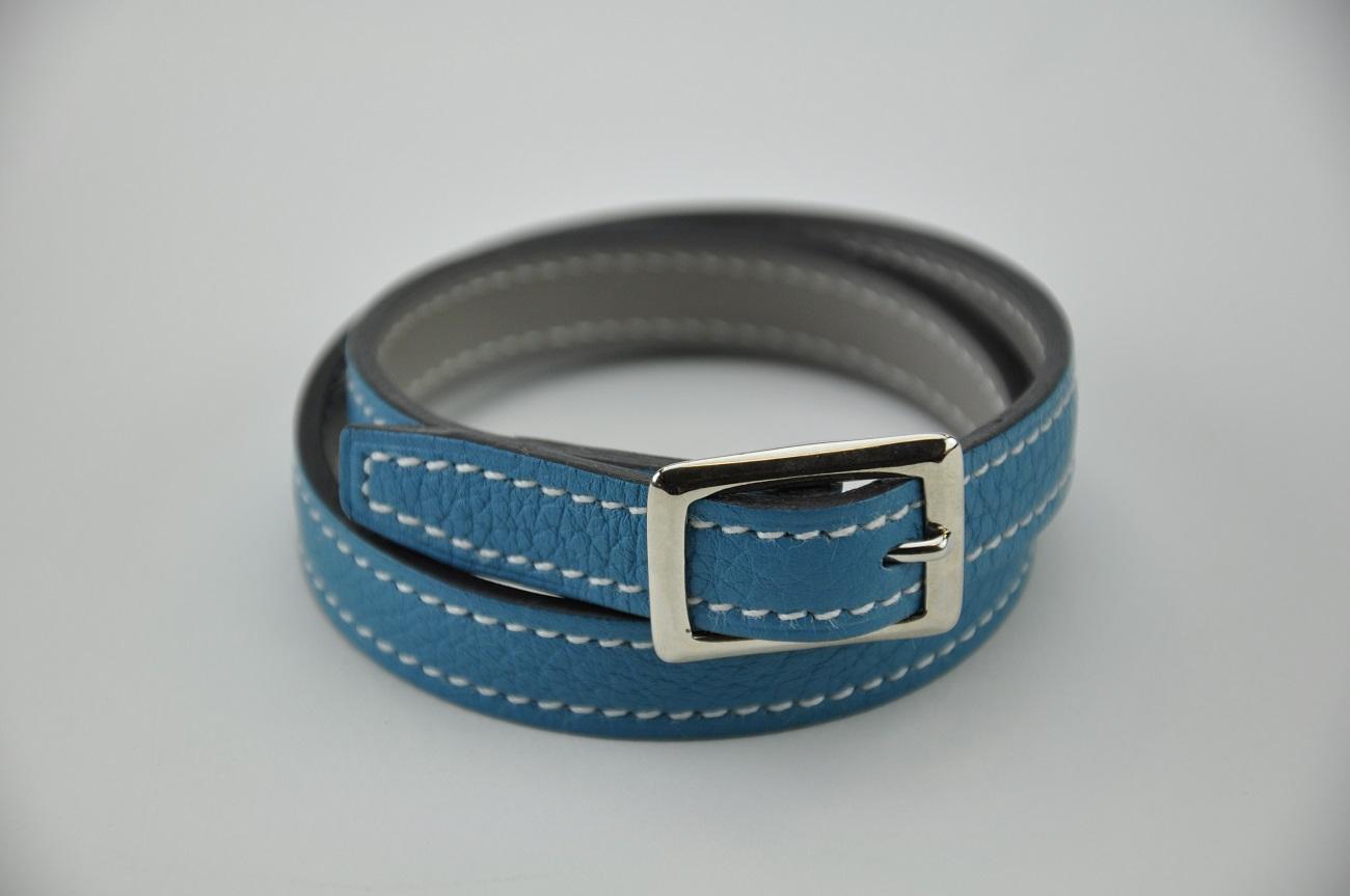 Bracelet en cuir bleu ciel, doublé en veau gris, modèle 2 tours pour femme ou homme. Fabrication sur-mesure. France