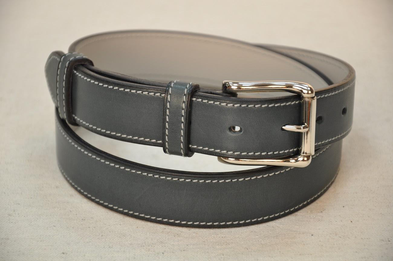 Ceinture en vachette bleu pétrole. Création et fabrication en demie-mesure de ceintures pour femmes et hommes.