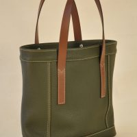 Woman's bag has flta handles in brown vegetable tanned cowhide. Made in France by LE NOËN.