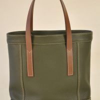 Bag for woman in khaki taurillon, lined with linen. This bag has one pocket inside and closes with two press stud. French creation by LE NOËN;