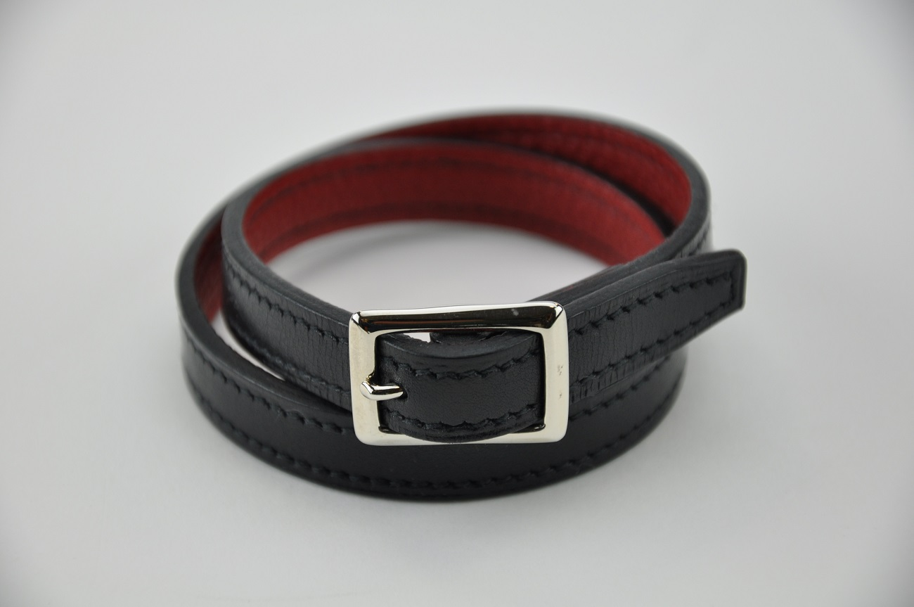 Bracelet in black calfskin and red grained calfskin. Luxury accessories Made in France.