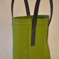 Le sac pour femme est en taurillon, il a été imaginé avec des empiècements, soulignés d'une double piqûre de couleur bleu pétrole, assortie à ses poignées. le luxe à la française par des artisans créateurs LE NOËN.