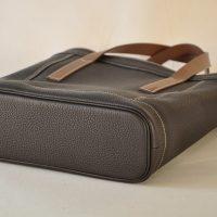 Le sac Valentine pour femme est original par ses empiècements et son fond souligné d'un passepoil en cuir. Création originale LE NOËN artisans maroquiniers français.