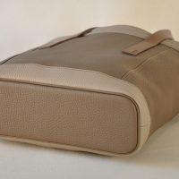 Le sac pour femme en taurillon possède un fond souligné d'un passepoil en cuir. La touche française d'un savoir-faire d'exception. LE NOËN créateurs d'accessoires de mode.