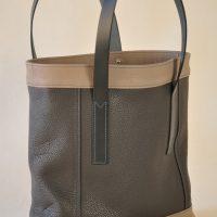 Le sac pour femme en cuir est fabriqué en France par la marque LE NOËN. Ce sac possède deux poignées plates en vachette à tannage végétal de couleur bleu pétrole, assorties au fil.