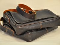 Limited series of Messager bags for men. Made in brown cowhide, lined in cotton, inside pockets for your smartphone, keys... Made in France by LE NOËN