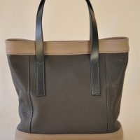 Le sac en cuir pour femme a été imaginé avec des empiècements, soulignés d'une double couture bleu pétrole. Fabrication française LE NOËN.