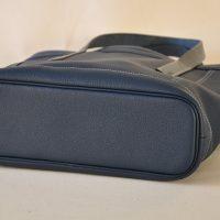 Le sac Valentine pour femme a un fond souligné d'un passepoil en cuir. Création originale LE NOËN, selliers maroquiniers français.