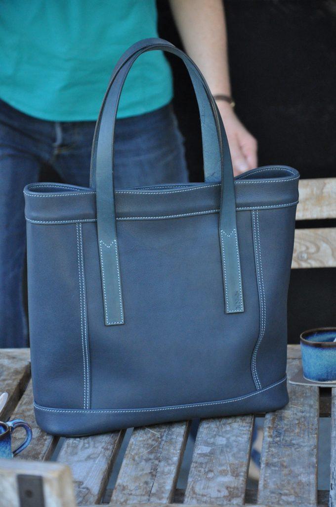 Sac pour femme en cuir, pratique et léger pour tous les jours. L'accessoire mode indispensable. Création LE NOËN selliers maroquiniers en France.