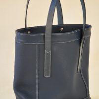 Le sac Valentine a été imaginé avec des empiècements, souligné d'une double piqûre fil gris clair. Ce sac est raffiné tout en étant décontracté. Création LE NOËN maroquiniers français.