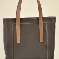 Le sac femme Valentine est très mode, léger et pratique, se ferme avec deux boutons pressions. Le luxe simple à la française par LE NOËN.