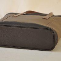 LE NOËN maroquiniers du luxe a imaginé le sac Valentine avec un fond en cuir souligné d'un passepoil en cuir. le luxe à la française.
