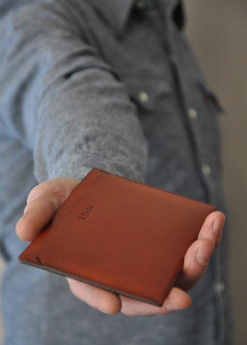 Etui en chèvre orange - brique pour y glisser des papiers de voiture, passeport... Fabrication française.