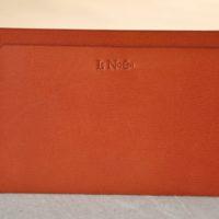 Etui papiers ou passeport en chèvre orange, idéal petit se glisse dans une poche. Fabrication française.