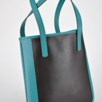 Sac pour femme en cuir, porté épaule, léger et fin, idéal pour tous les jours. Fabrication française.