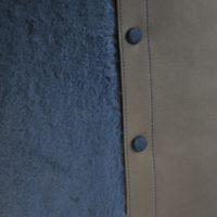 Coussin en fourrure bleue et en veau gris. Création originale par LE NOËN maroquiniers du luxe.