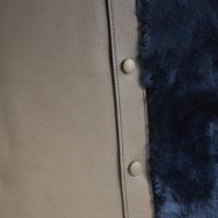 Coussin en veau gris clair et fourrure bleue foncée. Accessoire originale pour la maison. Création LE NOËN Maroquiniers du luxe - France